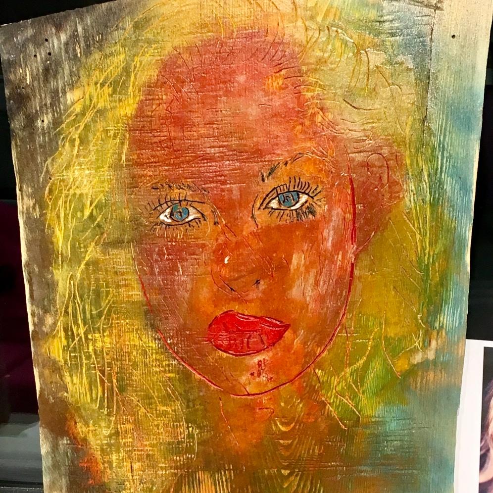 Woman in red kuusessa